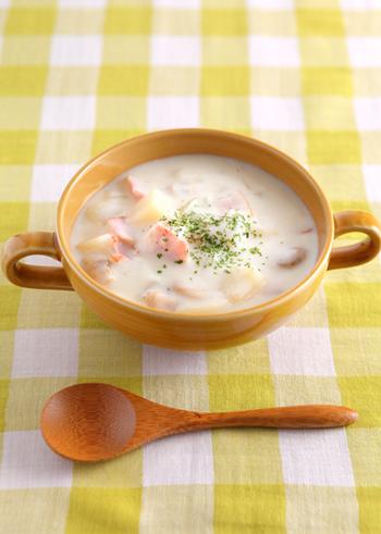 手軽に本格的なクラムチャウダーが作れるレシピ。あさりの高い栄養素に加え、牛乳に含まれるビタミンB2は脂質・糖質・たんぱく質の代謝をサポートしてくれる働きがあります。体が温まる、寒い日にぴったりの一品です*
