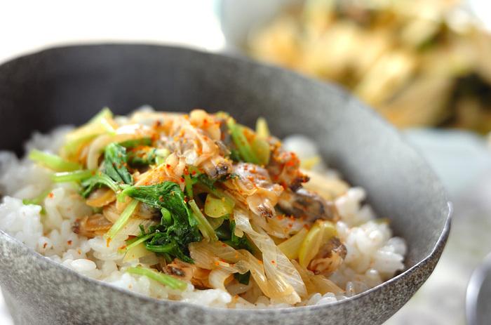 ご飯がどんどん進みそうなあさり丼♪合わせ出汁をたっぷりかけて頂きます。白ネギ、ミツバ、七味唐辛子で見た目も鮮やかです。