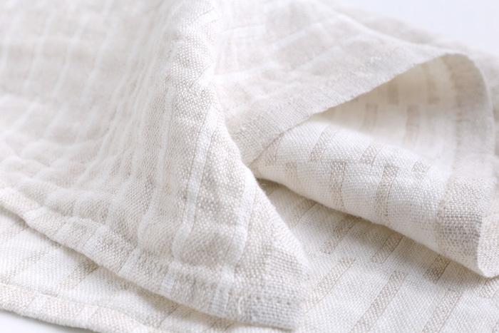 北欧で「マスター・オブ・リネン」とも言われているランプアン・カンクリのウォッシュドネリン。一度洗いの加工がされており、その肌触りや風合いのファンも多いアイテム。ざっくりとしたパターン織りも綺麗。