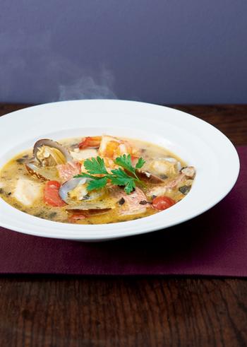 見た目も色鮮やかなアクアパッツァ風スープは、食卓が一気に華やかになります。魚介のうま味がギュッと詰まって豊かな味わいが楽しめます。