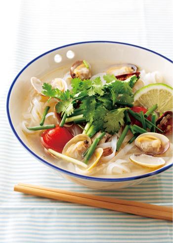 """ベトナムの定番料理""""フォー""""をあさりたっぷりで楽しめるレシピ♪暑い日や食欲のない日でも、スルスル食べられそうです*"""