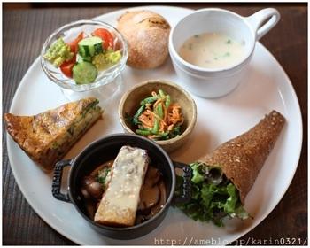 そんなこだわりカフェで、いただく1日10食限定のキッシュランチは絶品です!優しい味で、女性にうれしい野菜がたっぷり♡