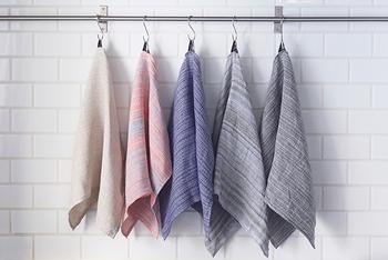 単調な一色でない織物の表情を楽しめるリネンタオルです。ハンカチサイズのSと横長のLの2サイズ。キッチンや洗面所で活躍させるのに丁度いいサイズです。