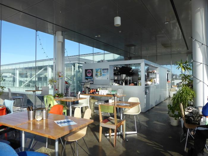 カフェ店舗内は、カラフルで明るくポップな印象。かなりの開放感を、味わえそうですよね!
