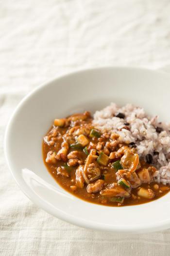 食欲が増しそうな、いかとあさりのシーフードカレー。雑穀ごはんを使えば、カフェごはんのようなオシャレさに◎