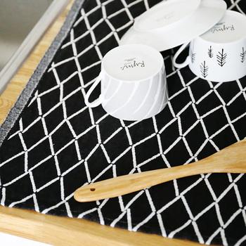 リネンは繊維の構造上、水を良く吸い乾燥が早いのが特徴です。汗や水分を素早く吸収してくれ、すぐに乾くのでタオルにもってこいの素材なんです!乾きにくく臭いがしがちなバスタオルにもオススメ。