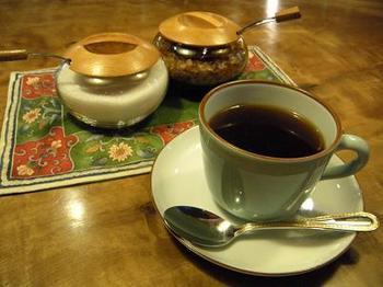 器は、直接佐賀県の問屋から仕入れた有田焼のもの。珈琲は、一杯づつサイフォンで抽出した、こだわりの珈琲が飲めます。贅沢な一杯ですね!