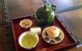 小腹が減ったらほっと一息。おやきとお茶のセットもおすすめです。