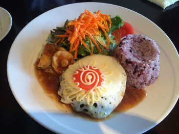 人気のライスプレートメニュー「ロコモコ」です。  糸島の美味しい食材てんこ盛りのワンプレートには、糸島の太陽みたいな目玉焼きがのってます♪