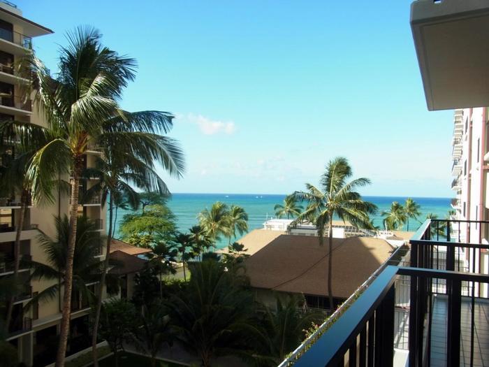 過剰な装飾をしなくとも、シンプルで洗練された美しさだからこそ、ハワイの海と空の青さを引き立てます。