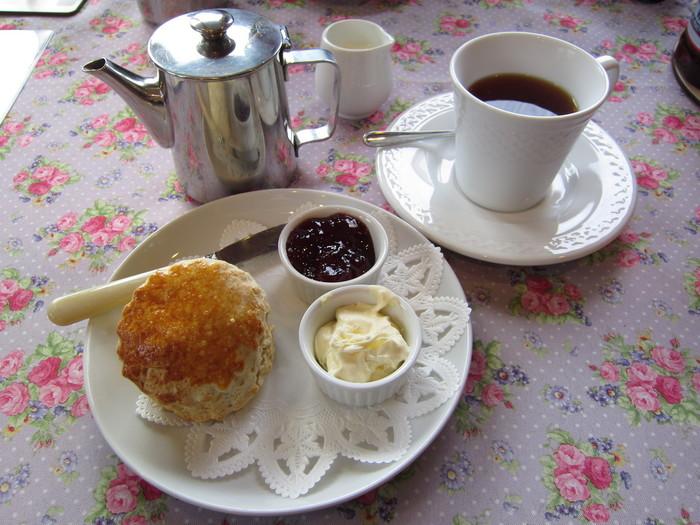 こちらはスコーンと紅茶のセットです。スコーンはクロテットクリームとジャムで頂きます♪