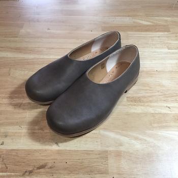 今年の9月に7回目を迎えた「糸島クラフトフェス」には 100軒以上もある工房の中から作家さん達が集い合い、作品の紹介をされています。  こちらは、クラフトフェスにも出展された革子供靴と革小物の「百足ーHYAKUTARUー(ヒャクタル)」さんの作品です。ヌメ革を使用し、パターンから縫製、仕上げまで一人の靴職人が手作りした一足です。