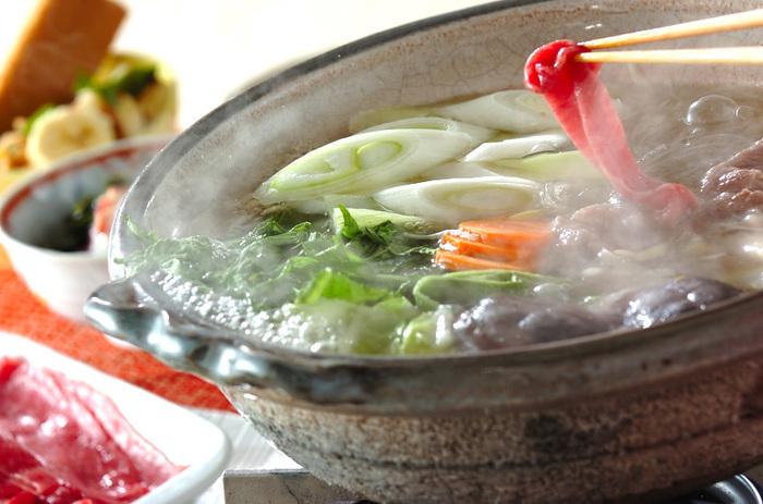 薄切りの牛肉をしゃぶしゃぶと泳がせて。お肉の出汁が溶けだしてスープも味わい深くなっていきます。