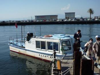 秋の海風を感じながら、いつもと違う江ノ島を堪能することができます。行楽のベストシーズンにぜひ。  べんてん丸と書かれた、赤い旗が目印です。