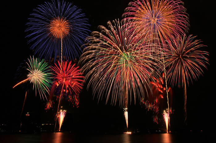 毎年10月に行われる江ノ島の花火大会。打上数は3000発。2尺玉も打ち上げられます。観光スポットを楽しんだ一日の終りに、秋の花火を楽しむのもいいですね。