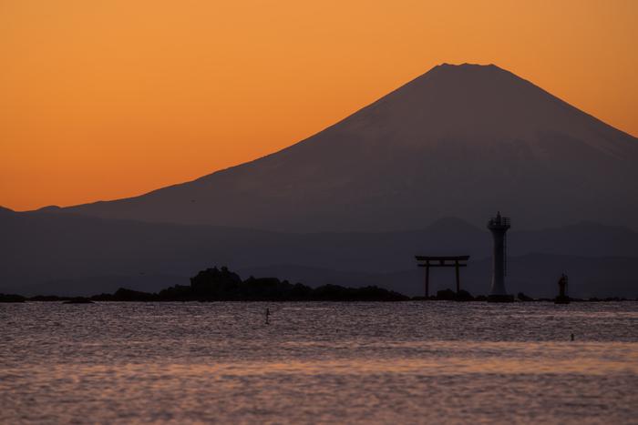 弁天橋から、江の島サムエル・コッキング苑から、江ノ島はこの景色の良さが魅力の観光地でもあります。秋に訪れて欲しいのは夕暮れ時。富士山の裾野に夕日が沈む景色は、絶景といってもいいでしょう。