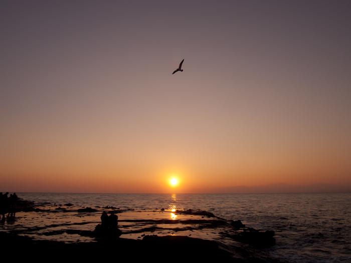海に夕日が沈む景色。関東圏ではなかなか見られないシーンです。