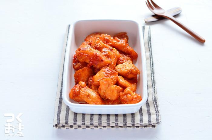 こちらは胸肉を使ったレシピ。ケチャップに豆板醤を加えると、食欲が進むピリ辛味に仕上がります。お肉には小麦粉ではなく片栗粉をまぶした方がべたつかず、作り置きに適しているそうですよ。お弁当のおかずにもいいですね。