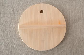 紙製やうすい落とし蓋は水分の蒸発を防ぐためのものですが、木製の落とし蓋の役割は、肉じゃがや甘露煮、煮物、豆などといった食材を鍋の中に押さえて固定する重石の役割があります。さわら製はヒノキ製とあわせて人気の木蓋です。