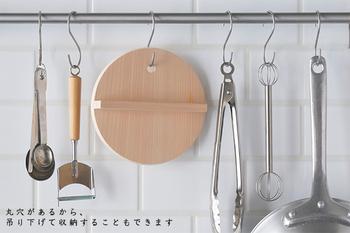 ambaiさんの落とし蓋は、そんな利点にプラスして、菜箸を通して鍋から取り出しやすいよう丸穴を開けたり、蓋の縁を斜めにカットして取り出しやすいように工夫が追加されて、より便利になった一品。 忙しい日々で時間をかけてつくる料理が減り、使用頻度も比例していく落とし蓋ですが、だからこそ良いものをお家においておきたいですね。