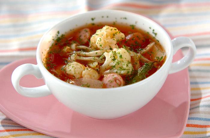 色鮮やかな具沢山のトマトスープは見るからに体が温まりそう。野菜をしっかり煮込んだら、仕上げにケチャップを加えて味を調えます。冷蔵庫にある野菜を使ってアレンジするのもいいですね。