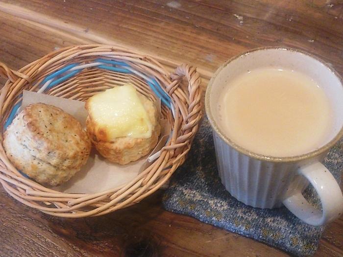 店主が小さな紅茶専門店で初めて茶葉で淹れられた紅茶とスコーンを口にし、その美味しさに感動し癒され、自分もいつかホッとくつろげるお店を作りたいと思ったことからできたという紅茶とスコーンが美味しいカフェです。