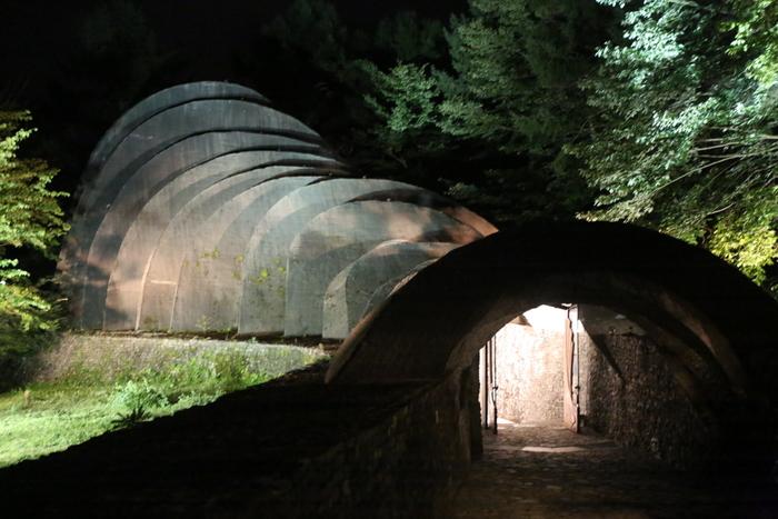 石の教会・内村鑑三記念堂はアメリカ人建築家ケンドリック・ケロッグによって、建築が自然の一部となることを提唱する「オーガニック建築」として、1988年に長野県軽井沢に建築された教会及び記念堂です。