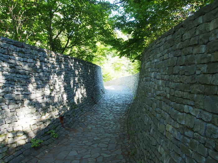 いたるところに石が敷き詰められたり積み上げられて作られた石の教会は、自然と共存するオーガニック建築として高い評価を得ています。 石の教会へ至る道も、とってもナチュラル。