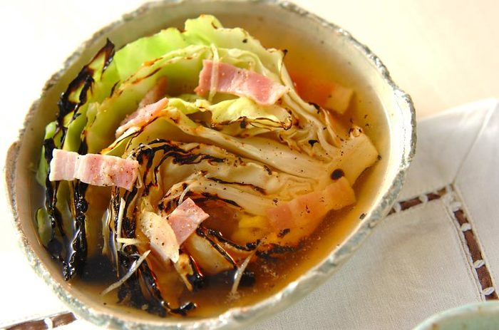 焼き網でじっくり焼いた甘いキャベツをごろんと入れた、満足スープです。ベーコンでコクがアップ、生姜でさっぱりいただけます。