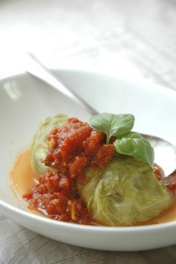 ロールキャベツはぜひマスターしたい! こちらは、合いびき肉にモッツアレラチーズを入れて、とろ~りとろけるイタリアン風ロールキャベツです。