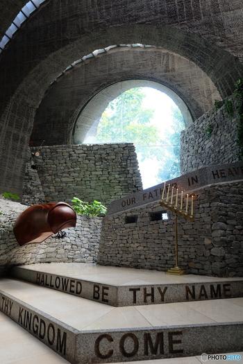 石の教会のバージンロードはちょっと変わっていて、参列している方々を上から見下ろすような形で通ります。 これはこの石の教会で式を挙げなければ、なかなか経験できないことかもしれませんね。