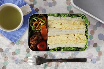 お弁当を詰めるとこんな感じ。深型の四角いお弁当箱ならサンドイッチもきれいに詰められますね。