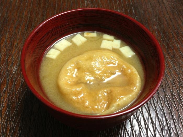 『一わんみそ汁』をお椀に割り入れて、湯を注げば、あっという間に、香り高いお味噌汁の出来上がり。具材によって味噌の配合を変えているので、気分や好みによって楽しめます。進物や御土産としても喜ばれる逸品です。