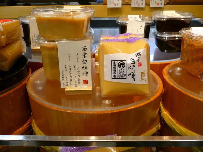 京都高島屋地下食料品売り場にある「味百選」では、名店の味噌が置かれています。【画像は「本田味噌本店」の『西京白味噌』。】
