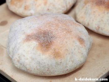 材料もとってもシンプル!パンのように二次発酵が必要無いので、意外と簡単に出来ちゃいますよ♪こちらは全粒粉を使ったピタパンのレシピ。噛めば噛むほどに味わい深く、どんな素材を挟んでも美味しく頂けます。オーブンの中でぷっくりと膨らむ姿にご注目下さい!