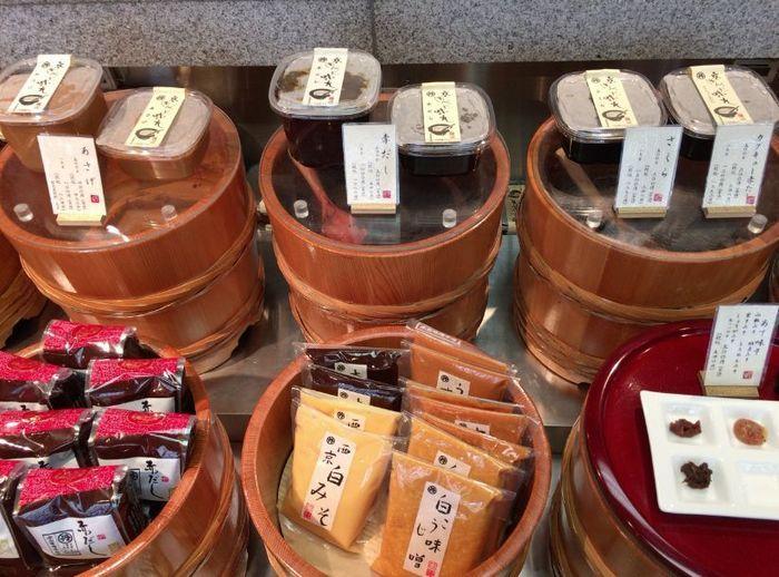 「本田味噌本店」は、種類豊富に味噌や調味味噌を製造しています。『西京白味噌』以外にも、紅こうじ味噌や赤だし等の味噌類、田楽料理やごはんにそのままのせると美味な調理味噌、西京漬け用の味噌等など、実に多彩です。