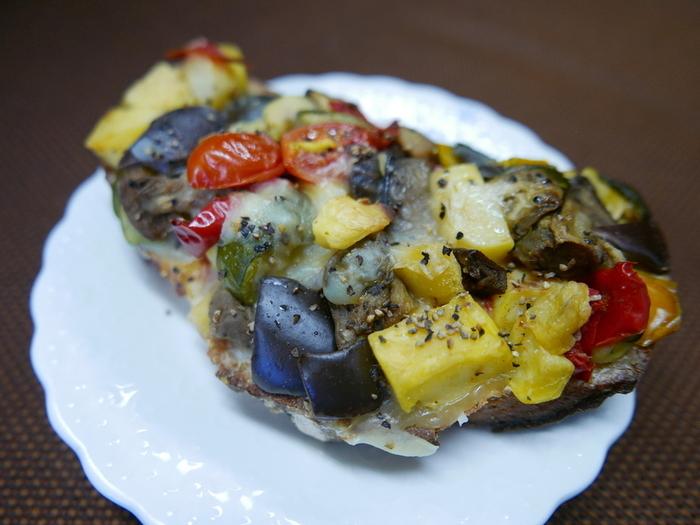 お惣菜パンはとっても綺麗な彩りをしています。 ランチやコーヒータイムの場を華やかにしてくれそうです。