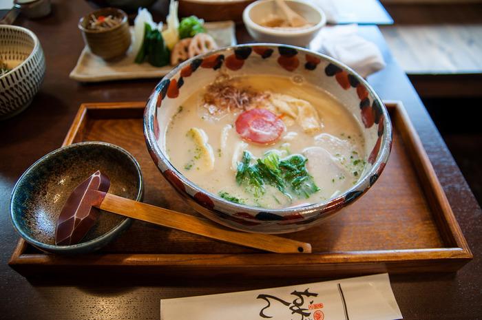 【京都の人気うどん店「おめん」の『京野菜の白味噌うどん』(季節限定)】