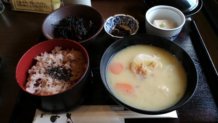 """店内にはカフェ""""茶家""""が併設。人気のスウィーツや和菓子が楽しめる他、食事も頂けます。夏はそうめんですが、9月下旬から5月下旬までは、京都の雑煮と赤飯等がセットになった『京雑煮のいろどりごはん』を楽しめます。  中谷の雑煮は、杵つきの焼き丸餅入り。出汁が効いた汁は、ふっくらと甘く、円やかで餅とよく合い美味しいと評判。甘味処ならではの味わいです。"""