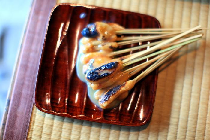 """【""""あぶり餅""""は、きな粉をまぶした餅を竹串に刺して炙り、白味噌のタレを塗った餅菓子。京都では、今宮神社や清涼寺門前のあぶり餅が有名。(画像は、平安期から続く、今宮神社門前の「一和」)】"""