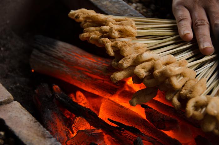「一文字屋和輔」は、「かざりや」を凌ぐ老舗店。創業は西暦1000年、平安期から千年以上続く名店です。きな粉は深煎りの京きな粉、味噌は、先述した「本田味噌本店」の特上品と、材料も吟味し、味噌だれも季節によって調理法を変えています。