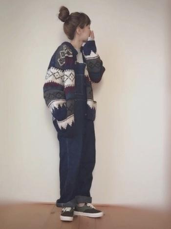 ベーシックなオールインワンにニットセーターをアウターとしてあわせたコーディネート。ネイビーをベースにしていることで大人っぽく着こなせています。