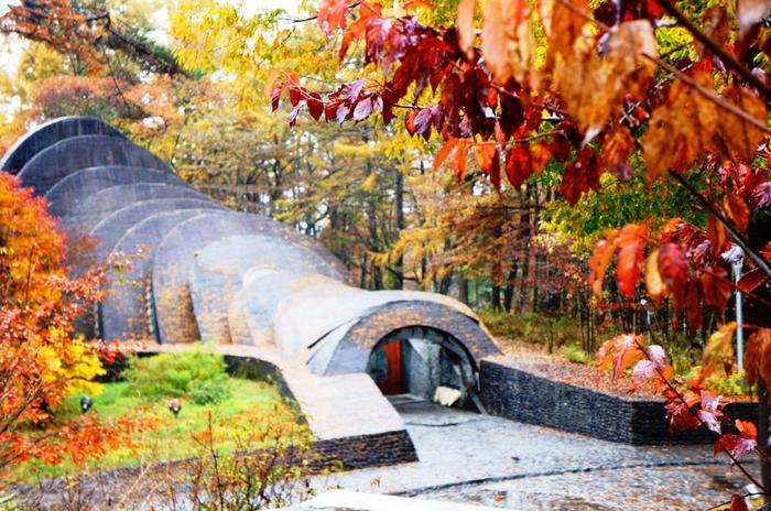 色づき始めた紅葉に囲まれた石の教会。 自然の中に当たり前にある石でできた教会だから、自然の変化に動じることなく素晴らしい協調性を保っています。