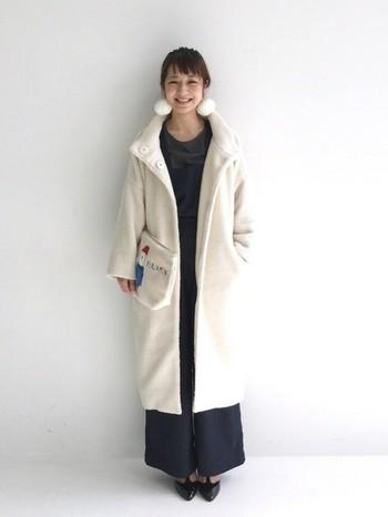 ネイビーにホワイトは無条件でキレイめナチュラルを演出してくれる組み合わせ!ロングコートに足元はポインテッドトゥを合わせることで、カジュアル感控えめに大人っぽい女性のワークスタイルに♪