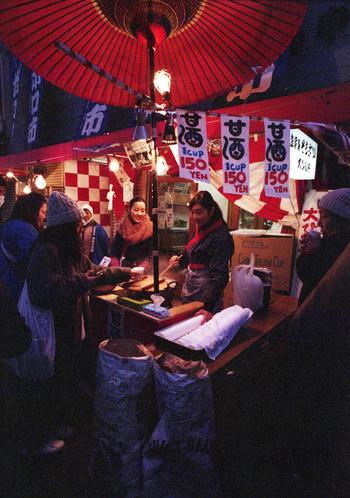 世田谷駅と上町駅間で毎年2日に分けて開催される、世田谷ボロ市。  毎年700店ほどのお店が並び、多くの人で賑わいます。 屋台の飲食店もたくさんあるので、お腹を空かせて行くのがおすすめです♪