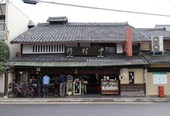 京都の有名な和菓子の一つ『麦代餅』で知られる「中村軒」。桂離宮近くに店を構える、創業明治16年の御菓子司です。