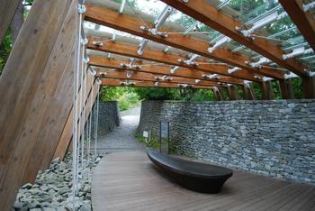 石の教会・内村鑑三記念堂敷地内への入り口。 木とガラスで作られたぬくもりのある雰囲気です。