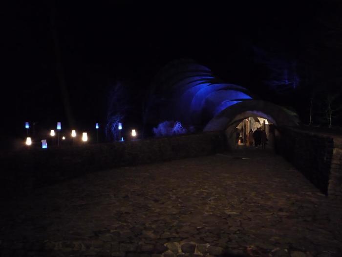 夜、教会内に灯された光が暗闇を照らす姿はとても幻想的。 軽井沢の星空の下、いつまでも眺めていたくなる美しさです。