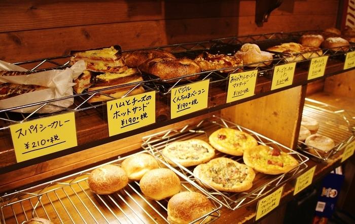 ハード系の惣菜パンも種類が豊富。 1種類ごとの数量は少ないため、ゆっくり選んでいるとなくなってしまう可能性も。