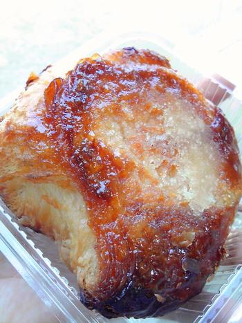 多くのブログで紹介されている「白あんとキャラメルのパン」。 パンによってはすぐに完売してしまうこともあるので、焼き上がり時間をチェックして訪問するのがベストかもしれませんね。